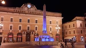 JESI / Piazza della Repubblica, fontana dei leoni in blu - QdM Notizie
