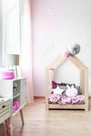 Handgemachtes Bett Für Mädchen Mit Kissen Und Rosa überlagerung Im