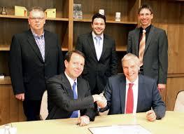 ... und Bürgermeister Udo Meister (unten), CDU-Fraktionschef Jochen Kupp, Studiengangsleiter Johannes Berens und Bürgermeistervertreter Marcel Wolter (oben) - Vertragsunterzeichnung_500_ger