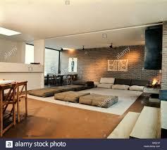 Großes Wohn Esszimmer Zimmer Ziegelwände Weiße Decke Grau