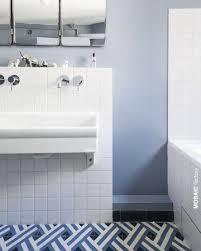 Weiße Und Blaue Badezimmer Bodenfliesen Mit Geometrischem Muster Aus
