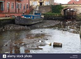 Die Leeds Liverpool Canal in Leeds, die abgelassen wurde, damit die Arbeit,  um eine der Sperren auf Granary Wharf in Leeds City Centre durchgeführt  werden Stockfotografie - Alamy