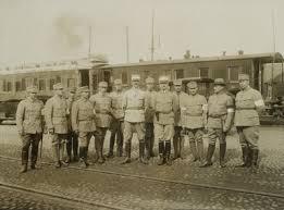 valkoisen länsi-armeijan Linderin ryhmän komentaja kenraalimajuri Ernst  Linder esikuntineen | Europeana