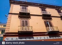 Italienische Gebäude Fensterläden Aus Holz Balkon Balkone