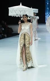 Anggun dalam balutan kebaya putih panjang. Tetap Tampil Kekinian Dengan Kebaya Modern Rancangan Anne Avantie Di Indonesia Fashion Week 2018