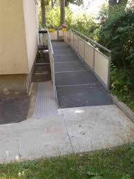 Wenn der hauseingang stufen hat und für einen rollator oder rollstuhl befahrbar gemacht werden soll, kann eine rampe eingesetzt werden. Sechs Beispiele Fur Barrierefreie Eingange Handicap Bazar