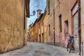 Oude Italiaanse Steegje Uitzicht Van De Oude Smalle Straat In Italië Met De Fiets Lamp En De Klokkentoren