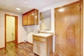 Leere Badezimmer Mit Holzboden Alte Waschbeckenunterschrank Und