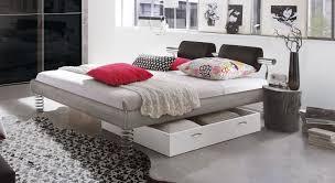 Designerbett Elastic Mit Federn Als Füße Bettende Ovales Bett