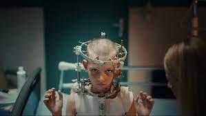 """Titane""""-Trailer: So schräg ist der ..."""
