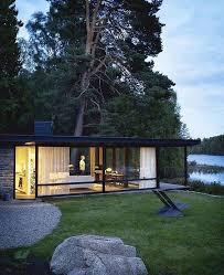 maison à ossature métallique au bord du lac