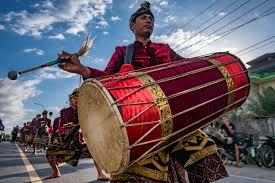 Gambus merupakan alat musik berasal dari daerah riau, alat musik ini hanya mempunyai 3 senar sampai dengan 12 senar saja. Gendang Beleq Wikipedia