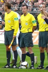 Der schiedsrichter leitet das fußballspiel und verschafft den fußballregeln geltung. Marco Fritz Wikipedia