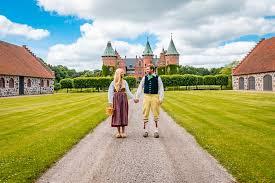 Sveriges nationaldag och svenska flaggans dag firas den 6 juni varje år och är en helgdag i sverige. Sveriges Nationaldag 2020 Darfor Firar Vi Nationaldagen