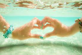 透明度がハンパない17エンドビーチの水中でloveハートの画像