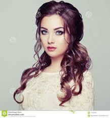 Donkerbruine Vrouw Met Lang En Glanzend Krullend Haar Stock