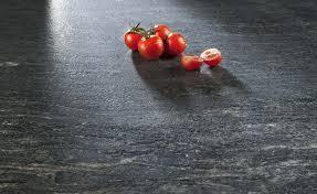 Ein neuer Trend im Küchendesign sind Arbeitsplatten aus Schiefer