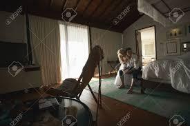 Schöne Paare Auf Hochzeit Im Schlafzimmer Mit Himmelbett Vorbereitet