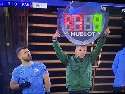 🤔😂 | Heerlijk! Agüero stomverbaasd als 4e official bord met verkeerde  rugnummer toont