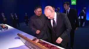 Путин подарил Ким Чен Ыну шашку и <b>набор стаканов</b> // НТВ.Ru
