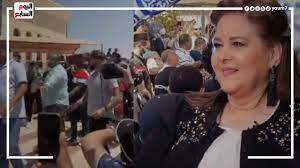 الوداع الاخير أقارب وأحباء الراحلة دلال عبد العزيز يعزون دنيا وإيمى سمير  غانم أمام المقابر - YouTube