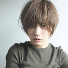 ナチュラルながらにオシャレな髪型はどこか強い魅力を感じてしまうもの