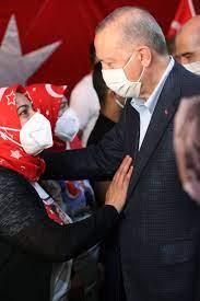 """Recep Tayyip Erdoğan on Twitter: """"Diyarbakır Anneleri, evlatlarına kavuşmak  için açtıkları bayrakla hem korku duvarlarını yıktılar hem de bölücü örgüt  ve siyasi uzantılarının kalleş yüzünü deşifre ettiler. 688 gündür sabırla  mücadelelerini sürdüren"""