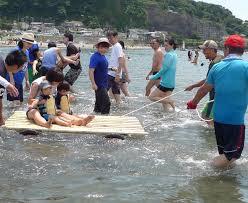 支え合い夏満喫 車いす利用者が海水浴 社会 カナロコ By 神奈川新聞