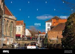 BRUGES, BELGIO - MARZO, 2018: Canali della storica e bella città di Bruges  in Belgio Foto stock - Alamy