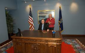 bush oval office. George H W And Barbara Bush Visit The Oval Office Replica Within U N E\u0027s Center