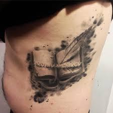 татуировки книги с пером на боку мужчины фото рисунки эскизы