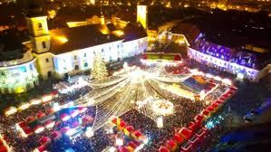 S-a deschis Târgul de Crăciun la Sibiu. Imagini cu o iarnă de basm sunt proiectate pe