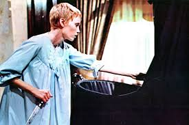 In roman polanski's first american film, adapted from ira levin's horror bestseller, a young wife (mia farrow) comes to believe that her offspring is not of this world. El Falso Corte De Pelo De Mia Farrow Y Otras Curiosidades De La Semilla Del Diablo Ecartelera