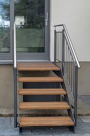 Bei einer treppe mit einer. Gerade Aussentreppen