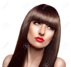 長い健康的な茶色の髪とフリンジの髪型と美しいファッション女性のポート