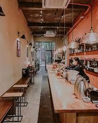 Về thiết kế của blackbird coffee, quán có 1 tầng trệt và 1 tầng lửng với tông màu cam chủ đạo. Blackbird Coffee NÆ¡i Của Những Tam Sá»± Khong Lời