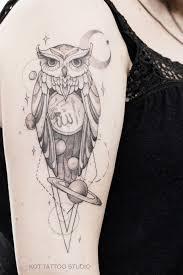 женская татуировка на плече с планетами звездами космосом луной