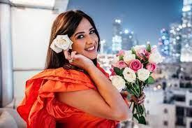 ياسمين عبد العزيز تودع غرفة علاجها بسويسرا وتعود إلى القاهرة