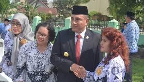 Pemerintah seharusnya sangat mengerti keberadaan guru honorer yang jumlahnya cukup besar dan merata di seluruh wilayah indonesia ini, menunjukkan kekurangan tenaga. Gubernur Sumut Sebut Guru Honorer Belum Sejahtera