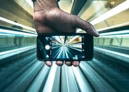 Risultati immagini per ragazzi con smartphone
