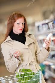 Nakupování Série červené Vlasy žena Nákup šampon Stock