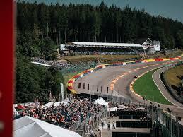 Die mindestbreite jeder neu zugelassenen strecke beträgt 12 m, auf der startgeraden bis zum ende der ersten kurve sogar 15 m. Le Circuit