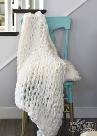 how to make a beautiful arm knit blanket in less than an hour