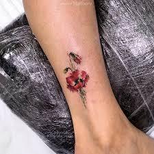 фото небольшой женской татуировки на ноге цветок мак в стиле