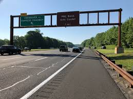 file 2018 05 26 08 38 52 view south along new jersey state route 444 garden state parkway at a crossover to the express lanes in holmdel township