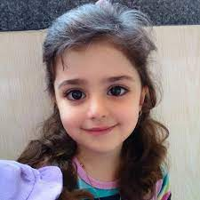 Bố mẹ lo lắng vì con gái xinh như búp bê   Gia đình