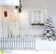 Esterno di inverno di una casa di campagna con le decorazioni di