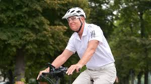 Iohannis s-a dus pe bicicletă la Cotroceni (Galerie foto) - spotmedia.ro