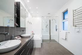 Der zukünftige nutzer muss sich mit schiefen fußböden in grenzen arrangieren. Abstand Zwischen Spiegelschrank Und Waschtisch Perfekt Montiert
