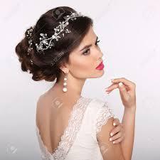 Beauty Portrait De Femme Coiffure De Mariage Beau Modèle De Fille Mariée De La Mode Bijoux De Luxe Ongles Manucurés Attrayante Jeune Femme Avec